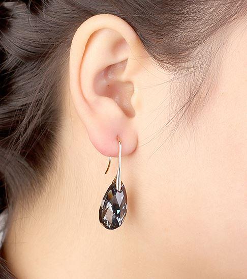Tumedate kristallidega kuldsed kõrvarõngad