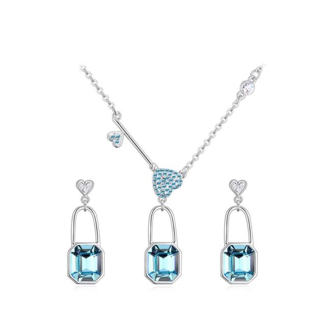 Helesiniste kristallidega ja südametega komplekt