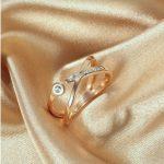Abstraktse väljanägemisega ja säravate tsirkoonkividega sõrmus