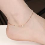 Särava tsirkooniga jalakett modellil jalas