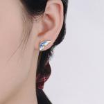 Sinised liblika kõrvarõngad modellil kõrvas