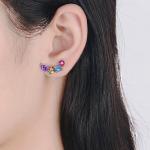 Värviliste kristallidega kõrvarõngad modellil kõrvas