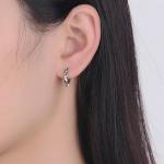 Mustriga rõngad modellil kõrvas