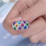 Värviliste kristallidega sõrmus lähivaates