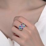 Värviliste tsirkoonidega sõrmus modellil sõrmes